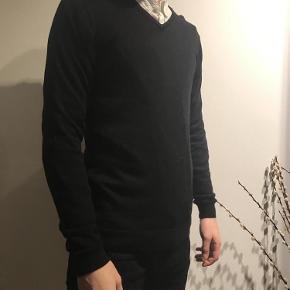 Varetype: Strik Farve: Sort  Klassisk tynd merino uld strik fra Selected Homme i sort. Perfekt udover skjorte under blazer  Kvalitet: 100% Merino uld
