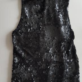 Sort paillettop fra DKNY i str. 42 af Pailletter. og foret er 77% silke, 20% nylon & 3 % spandex  DKNY sort pailletter top str. L. med silke forer  Utrolig flot og elegant både til aftenbrug eller til et par jeans.  Den trænger til, at man går den igennem, da nogle af pailletterne måske sidder lidt løst. Men stadig rigtig pæn, ser ikke brugt ud.  GIV ET BUD. Ny pris er kr. 2500,-