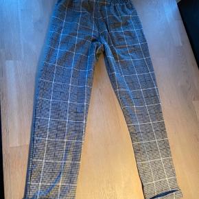 Fine bukser men lidt mærkeligt i stoffet derfor sælger jeg dem billigt