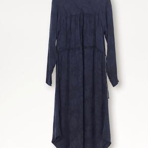 Indy kjole fra By Malene Birger Snøre i taljen der kan skabe mere facon Lynlås i nakken og ved håndled  66% cupro, 34% viskose