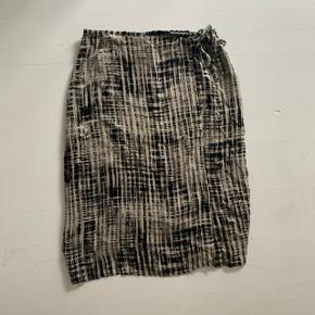 Super smuk slå-om nederdel fra Max Mara. Se billede for størrelse.