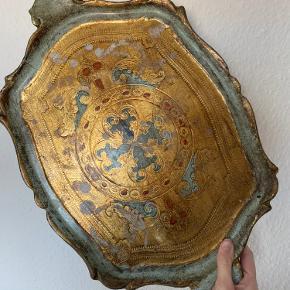 Gammel italiensk træ bakke i vintage stil med guld og turkis detaljer  Den er gammel og har derfor brugstegn