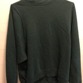 Mørke grøn sweater fra monki med store ærmer, som går op i halsen. Skriv privat for mere info.