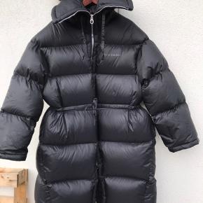 Virkelig varm og lækker frakke. Jeg har selv købt den på TS. Men må desværre erkende , den er for stor til mig. Det er en S/M. , men den er meget stor i str.  . Den vil nok passe bedre til en str. L. Den er meget tyk, jeg er en str. 36, og forsvinder i den.  Jeg gav 3000 for den og har kun brugt den 2 gange.  Sælges til 2500.