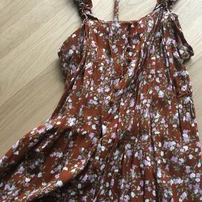 Meget fin sommerkjole. Kan både bruges med og uden bælte i taljen.   Køb to varer fra min shop, og jeg giver 50 % på den billigste 💃