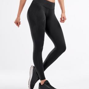 Helt nye sorte 2xu compressions tights i størrelse small. Aldrig brugt og der sidder stadig mærke i dem med sølv. Har to par, og sælger dem for 500 stykket eller 800kr for begge ☺️