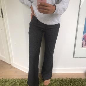Lavtaljede mørkegrå ternede bukser med brede/Straight ben. Passer en str s/m.