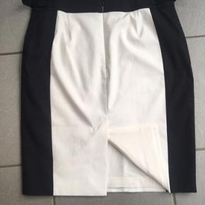 Smuk nederdel fra Karen Millen str 38. L:51,5cm. Brugt 2 gange