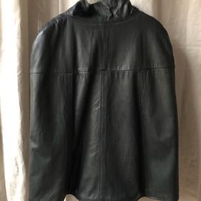 Jeg er en str 38, den er perfekt i str 40 da man kan have en læderjakke eller tyk strik under:)   Kom med et bud :)