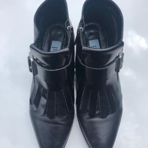 A pair støvler str. 39 - brugt et par gange men i meget fin stand. Skind - både skinny og mat med et spænde foran på støvlen.