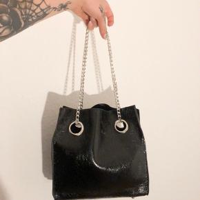 Fin taske med kæde!  Prisen er eksklusiv fragt og jeg sender kun 🥰