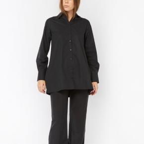 BLANCHE Ella Big Logo Skjorte (sort) - 100% økologisk bomuld - Normal i størrelsen