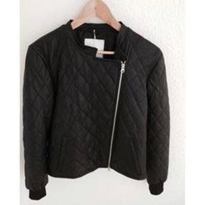 Varetype: quiltet skind jakke Farve: sort   Lækker quiltet skindjakke fra Mads Nørgaard   Fin stand, dog gået lidt fra ved foer indvendig, men kan nemt rep.