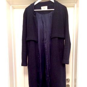 Mørkeblå frakke i str s. 40% uld, 60% polyester