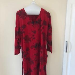 Rød kjole med blomster og bindebælte. Prisen er eks fragt