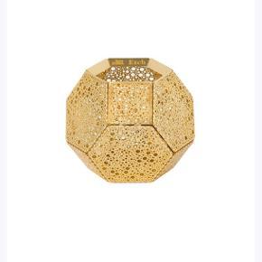 Super flot Tom Dixon lysestage i guld, har stået fremme i 3-4 måneder, men fejler absolut intet. Den kan ikke ses at den har været brugt :-)   BYD gerne :)
