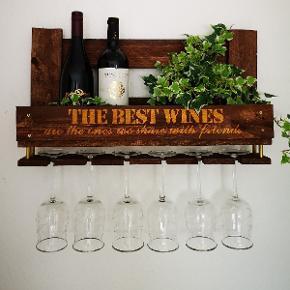 Unik og rustik hylde, der rummer 5-6 flasker vin og 6 vinglas. En god gaveide til fars dag.