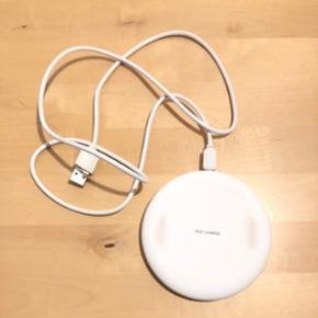 Trådløs QI oplader. Fejler ingenting, men man kan godt se den er blevet brugt. Sælges grundet køb af anden model.  Købt for 299 kr.