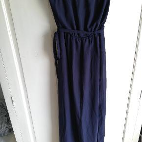 Flot mørkeblå kjole. To lags kjole: en kortere underkjole, og en lang kjole i tynder lag med slis foran i venstre side.