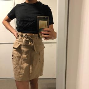Helt ny nederdel fra H&M - aldrig brugt Str: small Prisen er ikke fast så byd endelig :)