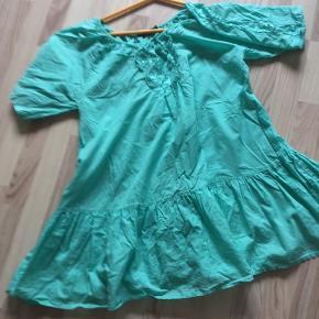 Tunika eller kort kjole med pænt motiv. Str L