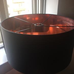 Sort  og kobber tekstil lampeskærm med kobber inderside. Giver et flot lys. Stort set ikke brugt og har mest stået på loftet.   Mål: højde 25, diameter 50.  Afhentes i Valby (København).