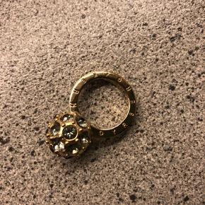 Brand: Dyrberg / Kern Varetype: Ring Størrelse: 2 Farve: Guldfarvet Oprindelig købspris: 800 kr.  Dyrberg / Kern fingerring. Forgyldt med gennemsigtige sten. Kun brugt 1 gang, da jeg ikke er god til guld..