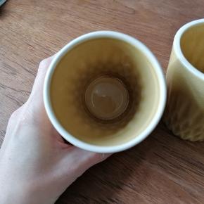 2 stk. keramik krus/potteskjulere. Karrygule.  Diameter i top: 8 cm Højde: 9,5 cm Fint mønster og krakeleret glasur.  Husker ikke mærket. Aldrig brugt.  Sælges kun samlet. Angivet pris er per stk.  Kan afhentes i Esbjerg eller sendes. Køber afholder fragt og ansvar.