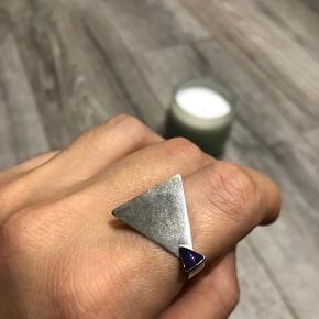Semi-adjustable sterling silver 925 ring with purple enamel detail, size 55-56  *Can meet in Copenhagen upon agreement *