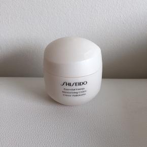 Aldrig brugt   Shiseido essential energy moisturizing cream 50 ml  Nypris 580 kr   Køber betaler fragt   Produktet er modtaget igennem job og er derfor markeret som tester i bunden men produktet er aldrig brugt