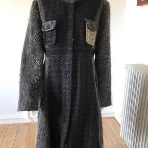 Smuk frakke fra Desigual. Brugt en gang, er som ny og fejler intet.  Byttes ikke.