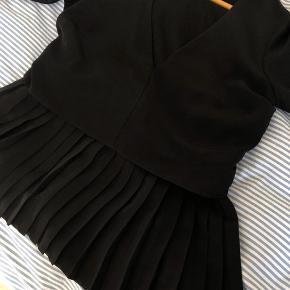 Smuk bluse fra Envii med V-udskæring i str. S.