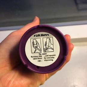 3 Minute Miracle Reconstructor hårkur. Aldrig brugt, der sidder stadig klistermærke i bunden, som ikke er brudt.  Kan afhentes på Islands Brygge - sender også gerne :)  Mvh Therese.
