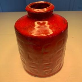 Unika keramik vase mrk. Frølich, Danmark. Vasen er 14 cm høj og har en meget smuk rød tyk glasur. Vasen fremstår meget fin, dog med et lille afslag i glasuren ved bunden, se billedet.