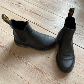 Dr. Martens Chelsea boots (Air Wair). Brugt 3 gange. Man kan se, at de er brugte, men de fejler intet.   Kan afhentes i Aarhus.  Køber betaler fragt medmindre andet er aftalt.