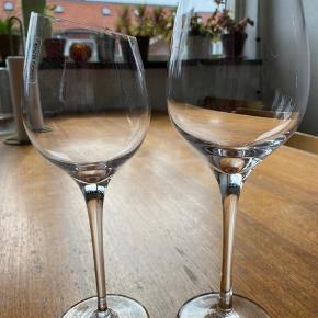 4 rødvinsglas og 5 hvidvinsglas af mærket Eva Solo. Brugt, men ingen skår eller slidtegn.  Samlet pris 500kr  Pr stk 70kr