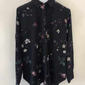 Skjorten er en størrelse 46 men passer en str. 42-44. Næsten som ny, brugt meget få gange. Prisen er eks fragt (fragt Ca. 30kr)