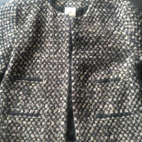 Varetype: Jakke Farve: Beige,   Black,   Guld Oprindelig købspris: 3500 kr.  Fineste jakke med tre kvart ærmer og flotte læderdetaljer. Smukt mønster.   Længde 55 cm - bryst 47 - skulder 40 cm