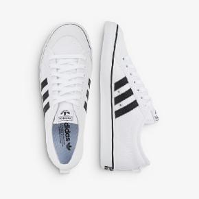Hvide Adidas sneakers, brugt i kort periode.  Nyvasket.  Fede sneakers str. 41,5( 41)  De er selvfølgelig ikke kridhvide efter brug.  Sælger dem også i Army farvet til 250 kr. Se mine andre annoncer