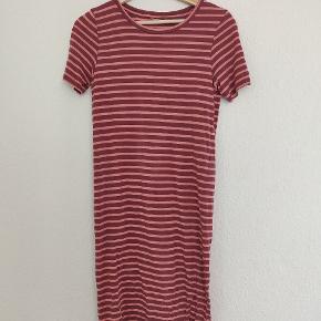 🌸 Behagelig kjole fra ICHI  🌸 Rigtig god stand 🌸 Jeg er 1.60 cm høj på billedet med kjolen på 🌸 Mærket i nakken er klippet af