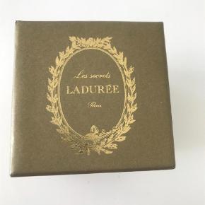 Skøn fransk æske fra det verdenskendte franske laduree . Den måler 7 * 7 cm og er så fin decor eller den perfekte afrunding af en gave  Saml til bunke, jeg giver mængderabat :)  Æske Farve: Grøn