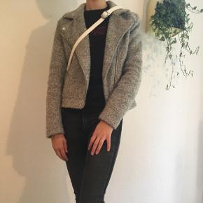 Elegant kort jakke fra H&M str. XS sælges. Jeg sender gerne ved betaling med MobilePay. Porto DAO eller GLS 45 kr. se også mine andre spændende annoncer🌿