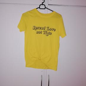 T-shirt fra Gina tricot. Str xs. 20 kr 🌺😊