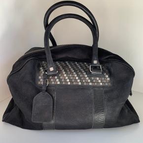 Lille weekendtaske i sort skind fra Italienske Rehard. Brugt et par gange og derfor i super fin stand.