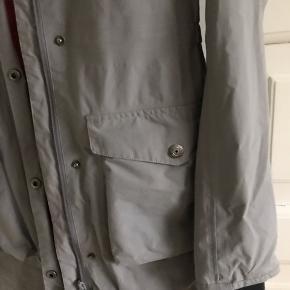 Lang jakke til overgang, fejler intet. Skulder og ned 88 cm. Brystvidde 49*2 cm. Fin faconmodel med elastik i taljen.