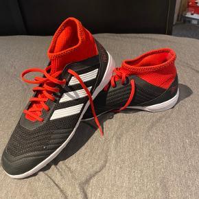 Sælger dette par Adidas predator, da jeg aldrig fik dem brugt:) De er aldrig blevet brugt som kan ses på billederne. Nypris 500-600 kr  Kom med et bud:)