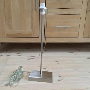 Bordlampe i stål 48 cm høj fungerer perfekt