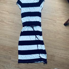 Så lækker kjole - sommer kjole med bånd i livet  Aldrig brugt