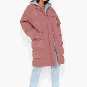 Oversize med grå hættetrøje under der er syet på. Se billede  Long puffed jacket