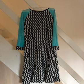 Bryst mål : cirka 53 cm. Hjemmesyet kjole